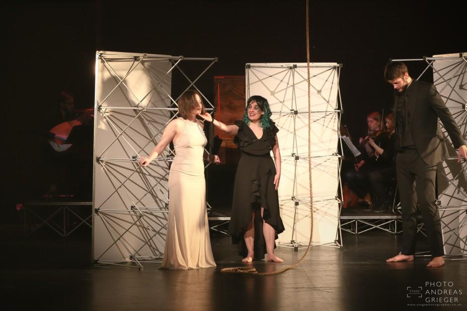 Margarete Huber in Händeloper Acis and Galatea London Geste mit Handjpg