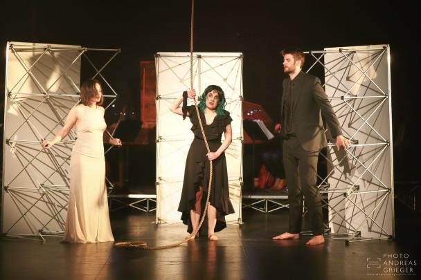 Margarete in Händeloper Acis and Galatea London am Seil hängend