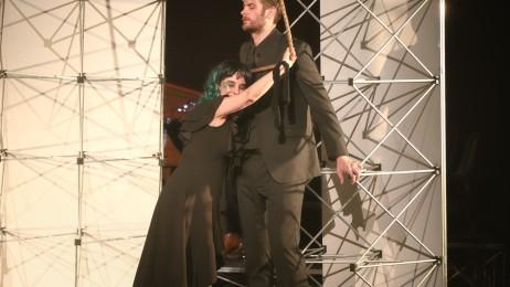 Margarete in Händeloper Acis and Galatea London Seil an die Brust haltend